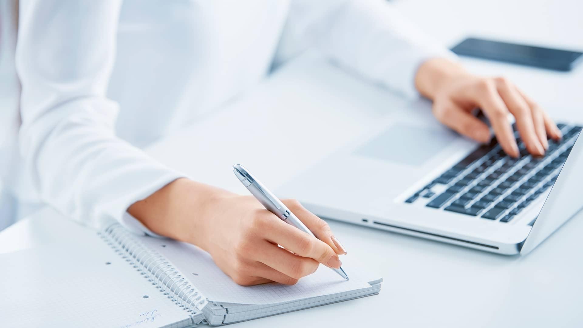 Mujer informandose de los depósitos online en su portátil