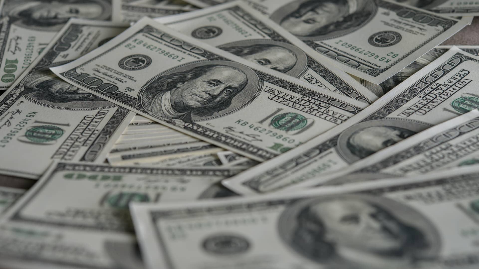 Billetes de dólares simbolizan fondos inversión dólares