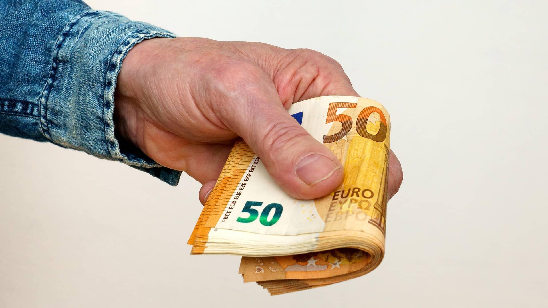 Persona prestando dinero a otra representa préstamo hipotecario