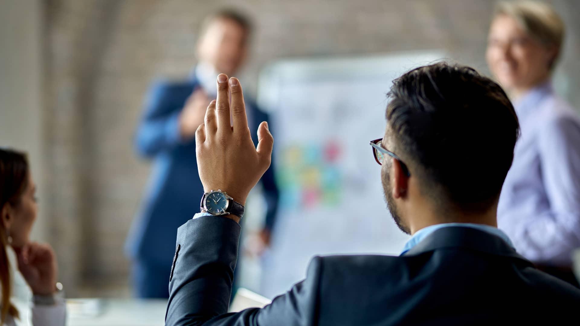Hombre con mano levantada simboliza participativo