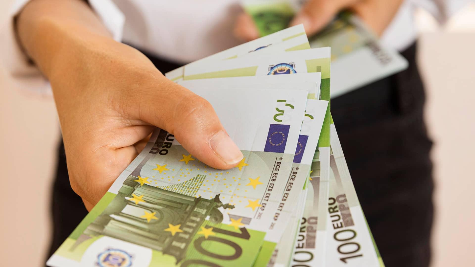Joven alegre con dinero recibido sín intereses