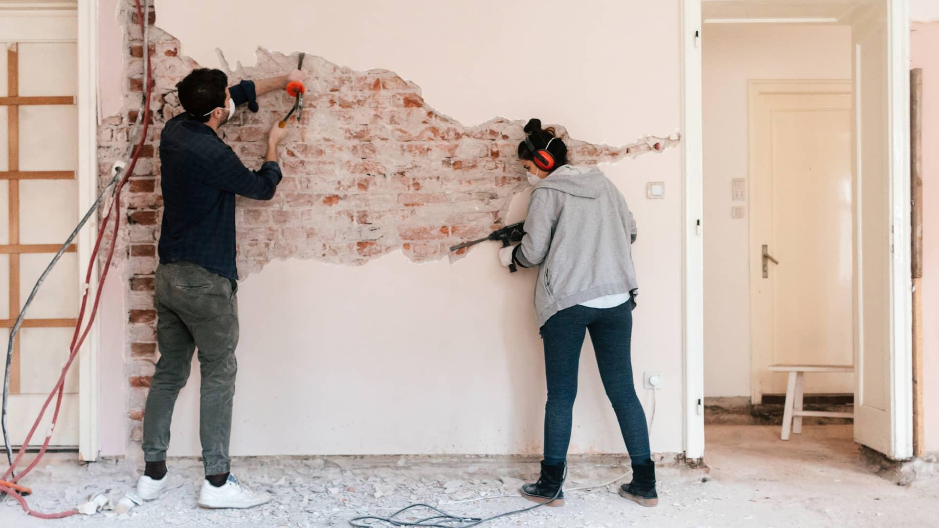 Pareja realizando reformas en su apartamento simbolizan préstamos reforma