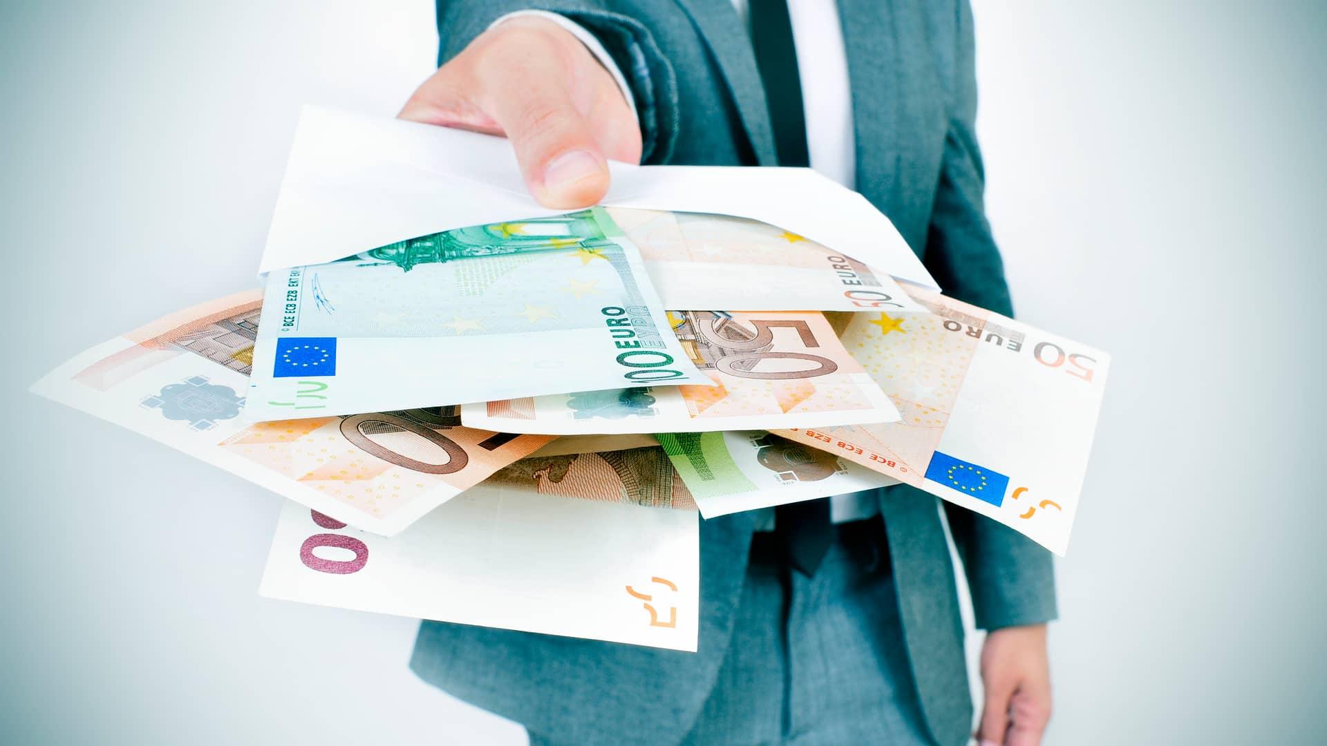 Hombre ofreciendo dinero simboliza crédito inmediato