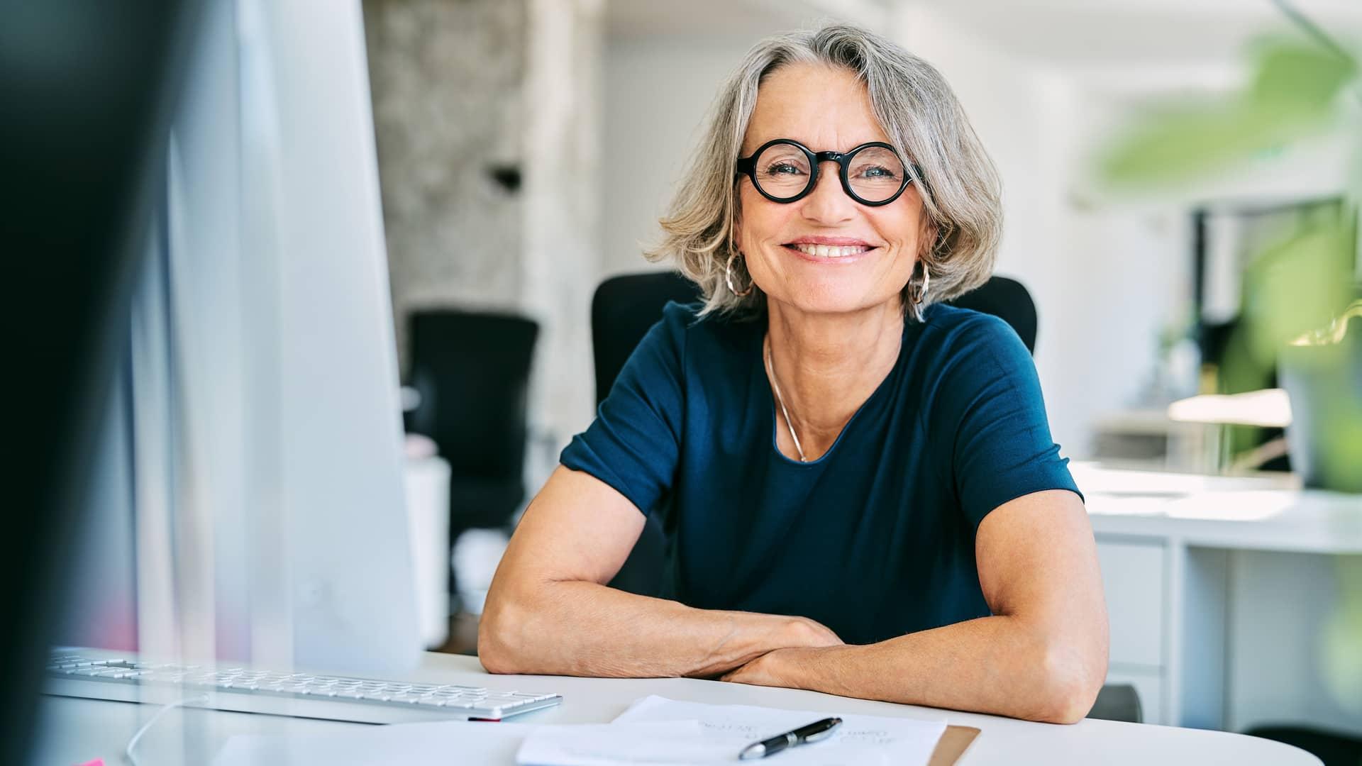 Mujer sonriente trabajando representa tarjeta sín cambiar de banco