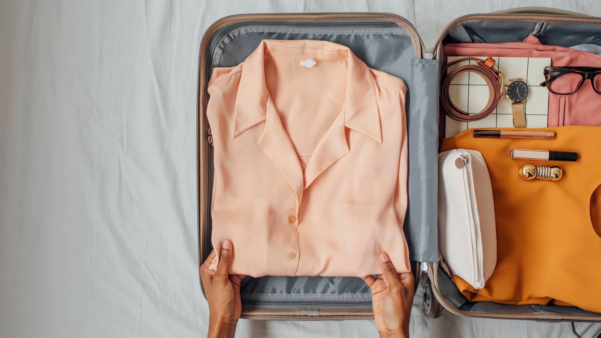 Joven organizando maleta para viajar al extranjero