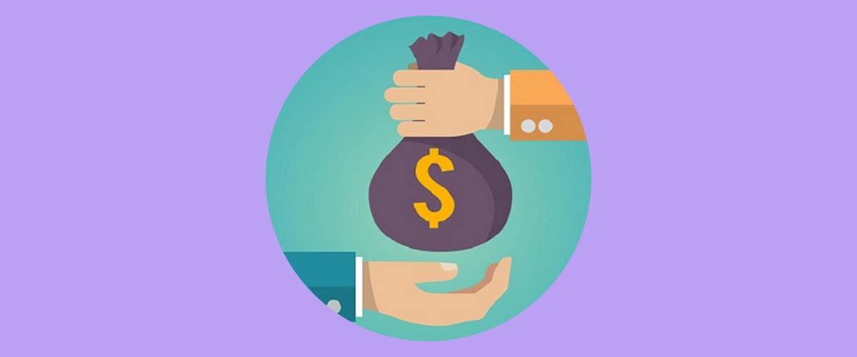 Mujer dando dinero a otra persona como traspaso de un plan de pensiones